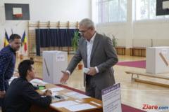 Cum au reactionat Dragnea si Basescu dupa ce membri ai comisiei sectiei de vot au refuzat sa dea mana cu ei (Foto)