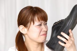 Cum eliminati mirosul de transpiratie din incaltaminte