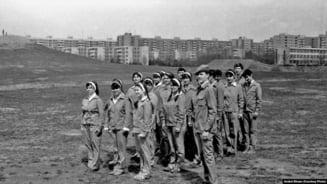 Cum erau organizati paramilitar tinerii inainte de '89. Instructie de front cu arme veritabile, marsuri cu intonare de cantece patriotice