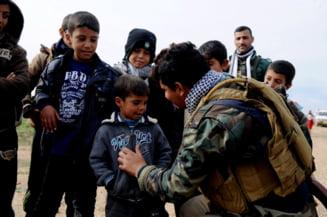 Cum ii indoctrineaza Statul Islamic pe copii: Jihadistii ii forteaza sa decapiteze papusi (Video)