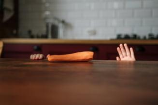 Cum l-a dat de gol foamea pe un hoț român din Marea Britanie. Polițiștii s-au folosit de un morcov pe jumătate mâncat