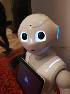 Cum mergi la shopping in viitor: Oglinzi inteligente in cabinele de proba si roboti care ne vor asista la tot pasul (Galerie foto & video)