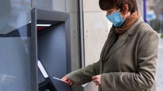 Cum ne protejam cardurile bancare de fraude. La ce trebuie sa fim atenti cand scoatem bani din bancomat