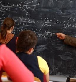Cum poate un profesor care a luat nota 1 la un examen national sa predea la liceu