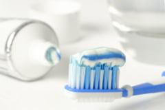 Cum putem utiliza pasta de dinți la curățarea obiectelor din casă. Trucuri care ne scutesc de cheltuieli pe soluții scumpe