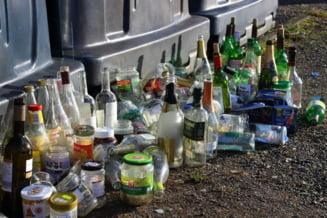 Cum reusesc suedezii sa faca bani, recicland aproape toate ambalajele de bauturi? In Romania, majoritatea sticlelor si cutiilor ajung la gunoi