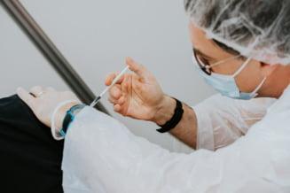 "Cum s-ar putea aplica medicina personalizata in cazul vaccinarii contra COVID-19. ""Organismul fiecaruia are o reactie individuala la vaccin"""