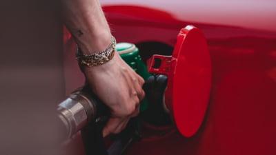 Cum se formează prețul carburanților la pompă. Ce plătim, de fapt, şi cât ne costă acum un plin de benzină sau motorină