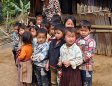 Cum sunt transportati copiii din Vietnam la scoala: Cu sacul de plastic (Video)