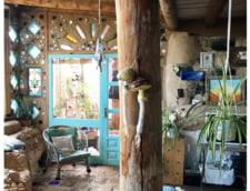 Cuplul care si-a construit o casa din anvelope uzate, cutii de conserve si sticle