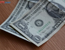 Curs valutar: Dolarul scade vertiginos, euro stagneaza
