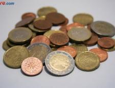 Curs valutar: Euro creste, dar dolarul face un mic pas in spate