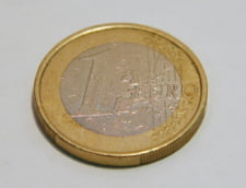 Curs valutar: Euro creste, iar dolarul scade vertiginos