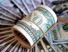 Curs valutar: Euro scade, insa dolarul isi continua ascensiunea