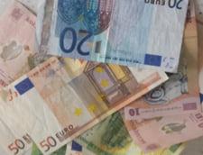 """Curs valutar: Euro si dolarul au scazut in fata leului, dupa """"macelul"""" pe bursele din China"""