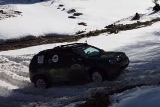 Dacia Duster, testata fata in fata cu Land Rover Defender: Cum s-a descurcat pe zapada (Video)