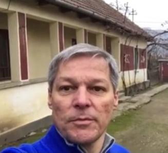 Dacian Ciolos s-a intors in satul bunicilor: Am venit acasa si, impreuna cu ai mei, maine mergem sa votam! (Video)