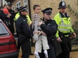 Daily Express: Bande de copii rromi din Romania fac legea pe strazile britanice