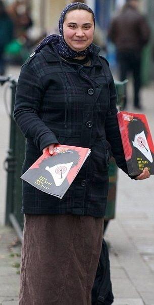 Daily Mail: Romanii au acaparat vanzarile de reviste pentru cei fara adapost