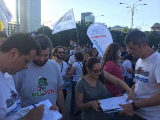 Dan Barna transmite din Piata Victoriei: Jandarmii incita si distrug aceasta manifestare pasnica (Video)