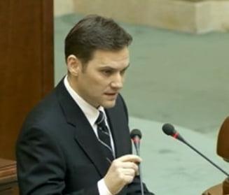 Dan Sova, pe urmele lui Tariceanu? Un deputat l-a prins cand se baga in fata la coada la permise (Foto)