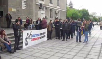 Dancila a fugit in zadar de protestatari la Cluj. Tot au huiduit-o si au aruncat inspre ea cu hartie igienica (Video)