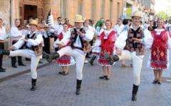 """Dansatori din opt tari, pe scena Festivalului """"Plaiurile Mioritei"""". Incepe cu o parada pe strazile Buzaului"""