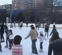 De Craciun, bucurestenii se relaxeaza la patinoar, la piscina sau in cluburi (Video)