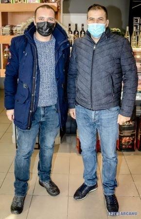 De ZIUA NATIONALA a Romaniei, FASOLE CU CIOLAN SI VIN FIERT, OFERITE GRATUIT giurgiuvenilor de oamenii de afaceri EMIL TOFAN si TIBI STAN (FOTO)