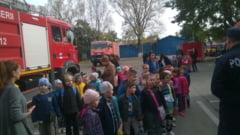 De Ziua Educatiei, elevii si prescolarii au mers in vizita la pompieri