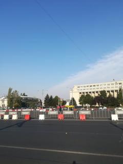 De ce a blocat Firea Piata Victoriei cu garduri de la Primarie?