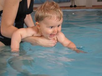 De ce ar trebui sa iti inveti copilul sa inoate la 1 an