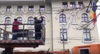 De ce au inghetat azi bucurestenii in statii: Firele tramvaielor si troleibuzelor sunt curatate cu ciomagul (Video)