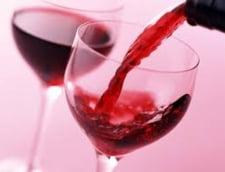 De ce consumam prea mult vin - culoarea paharului si felul in care turnam sunt de vina