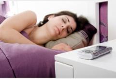 O Sono Reparador  De-ce-nu-e-bine-sa-dormi-cu-mobilul-langa-pat