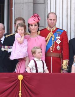 De ce nu o tine printul George de mana pe mama lui in fotografii