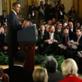 De ce se ridica jurnalistii de la Casa Alba in picioare, cand intra Obama? (Video)