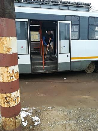 De ce sunt atat de murdare autobuzele din Bucuresti? Iata modul incredibil in care se face curatenie. Bataie de joc fata de calatori si angajati (Galerie foto)