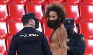 De unde a aparut? Meciul Granada - Manchester United, intrerupt de un barbat dezbracat intrat pe teren. Partida s-a jucat fara public VIDEO