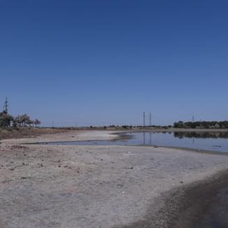 De voie, de nevoie, Primaria Chiscani trebuie sa stranga gunoaiele de pe malul Lacului Sarat
