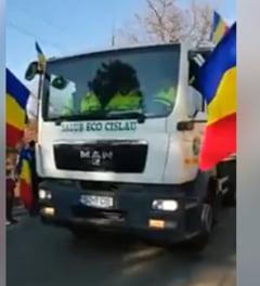 Defilare cu masini de gunoi si un excavator, de Ziua Nationala, intr-o comuna din Buzau (Video)