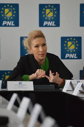 Demisia lui Tariceanu, ceruta din PNL: Un fel de gainar cu papion, vasalul lui Ponta
