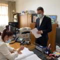 Demisiile miniștrilor, înregistrate în catastif cu pixul, în timp ce computerul de la Registratură stă închis FOTO