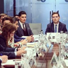 Demisionarii PSD de la MAE, Negrescu si Winzer, revin in Guvern pe functii onorifice. Topul gafelor si controversele