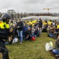 Demonstranti anti-restrictii, dispersati cu tunurile de apa la Haga