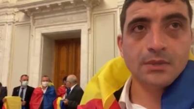 Deputații AUR protestează pe holurile Parlamentului. George Simion anunță grevă parlamentară