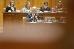 Deputatii Opozitiei au explicat de ce vor sa-l dea jos pe ministrul Finantelor. Teodorovici a parasit sala inainte ca expunerile colegilor sai sa se incheie