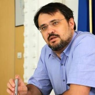 Deputatii USR merg infasurati in steaguri in plen: Tariceanu a facut studii de cultura politica la APACA