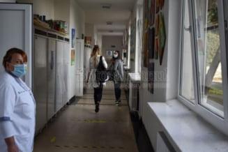 Deschidere de an scolar in pandemie: Elevii cu masti in loc de flori, au venit la cursuri pe rand, direct in clase, pauze luate prin rotatie - GALERIE FOTO & VIDEO