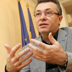 Diaconescu: Renuntarea la tinta de adoptare euro ar fi un semn de vulnerabilitate